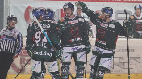 Der Dolomitencup ging richtig gut los für die Augsburger Panther (von links): Matt White, Adam Payerl und Simon Sezemsky freuen sich über den 3:0-Erfolg im Auftaktspiel gegen Bozen.