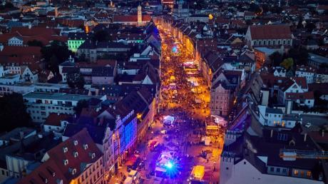 Lange Tage, lange Nächte: Wenn Sommernächte in Augsburg sind, feiert, schlemmt und tanzt die ganze Stadt. Nur eine Sache, auf die wir uns freuen.