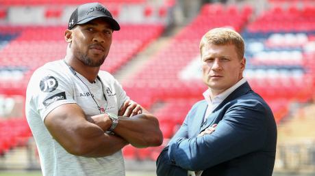 Anthony Joshua (links) und Alexander Powetkin bei einem Pressetermin im Wembley Stadium.