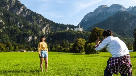 Chinesisches Fotoshooting vor Neuschwanstein: Bayern ist bei vielen Touristen beliebt.