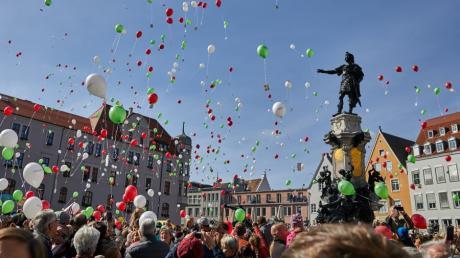 Bei herrlichem Wetter strömten die Augsburger am Samstag auf den Rathausplatz, um das Turamichele-Schauspiel mitzuerleben.