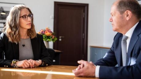 Studentin Celina Kühl übernimmt zum Weltmädchentag für einen Tag symbolisch das Finanzministerium von Olaf Scholz (SPD).