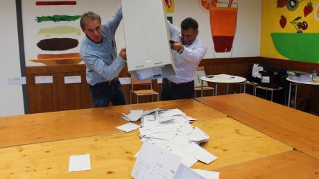 In Mindelheim werden die Stimmen gezählt: Wolfgang Heimpel und Mehme Yesil (rechts) leeren die Wahlurne aus.