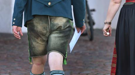 In bayerischer Tracht zur bayerischen Landtagswahl: Dieses Bild wurde am Wahlsonntag vor einem Wahllokal aufgenommen.