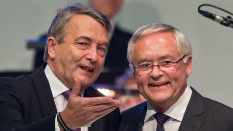 Wolfgang Niersbach (l) und Horst R. Schmidt müssen sich nicht wegen des Vorwurfs der Steuerhinterziehung verantworten.