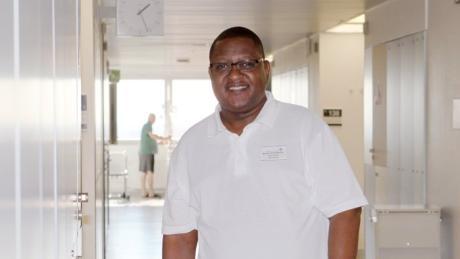 Malumbo Salim Malumbo kam 1988 aus Tansania nach Deutschland. Er arbeitet auf der Hämatologie und Onkologie im Klinikum.