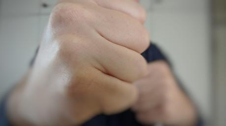 Faust Schlag Schläge Übergriff Angriff Faustschlag Schlägerei häusliche Gewalt Polizei Fäuste