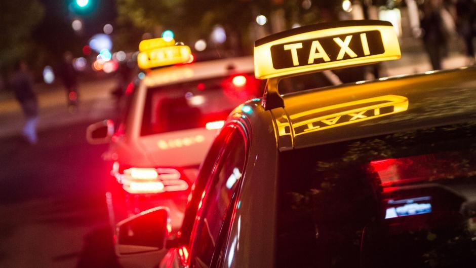 Taxi nachts_92095408.jpg