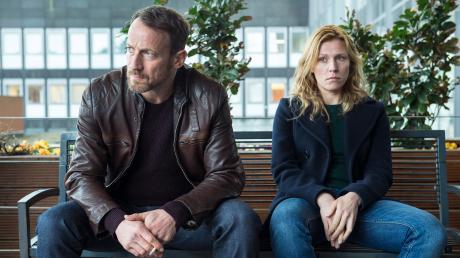 """Der Fall ist gelöst, ein bitterer Nachgeschmack bleibt. Thorsten Falke (Wotan Wilke Möhring) und Julia Grosz (Franziska Weisz) in einer Szene des Tatort """"Treibjagd""""."""