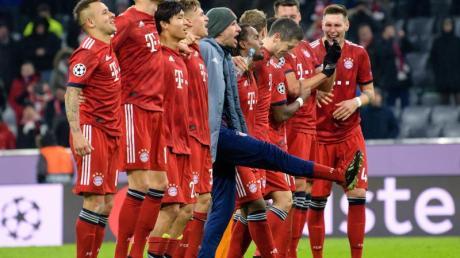 Die Münchner Spieler feiern den 5:1-Sieg über Benfica Lissabon nach dem Spiel mit den Fans.