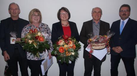 Ehrung bei der Bürgerversammlung (von links): Kreisarchivpfleger Helmut Herreiner, die drei Ziertheimer Archivare Antonie Schiefnetter, Doris Baumann und Eugen Zacher sowie Bürgermeister Thomas Baumann.
