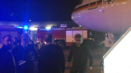 Passagiere stehen auf dem Rollfeld des Flughafens in Köln neben dem Kanzler-Airbus «Konrad Adenauer». Foto: Jörg Blank