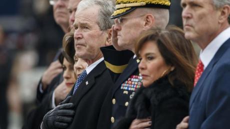 George W. Bush (4.v.r.), ehemaliger Präsident der USA, und weitere Mitglieder der Bush-Familie erweisen dem verstorbenen ehemaligen US-Präsidenten George H.W. Bush die letzte Ehre.