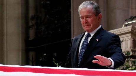George W. Bush kommen nach seiner Trauerrede Tränen. Sein Vater war mit 94 Jahren gestorben. Am Mittwoch fand die Trauerfeier statt.