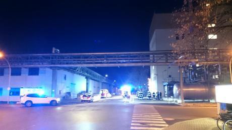 Ein Großaufgebot an Einsatzkräften ist am Donnerstagabend zur BASF nach Illertissen geeilt. Dort stieg Rauch aus einem Gebäude auf.