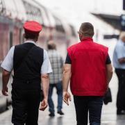 Zwei Servicemitarbeiter der Deutschen Bahn in Frankfurt am Main. Foto: Andreas Arnold