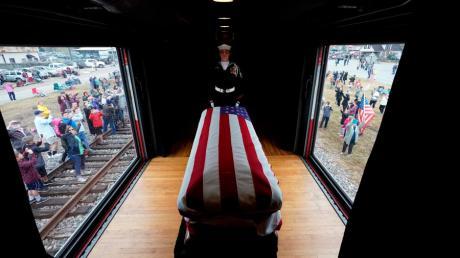 Der Leichnam von George H.W. Bush wurde mit einem Sonderzug nach Texas gebracht. .
