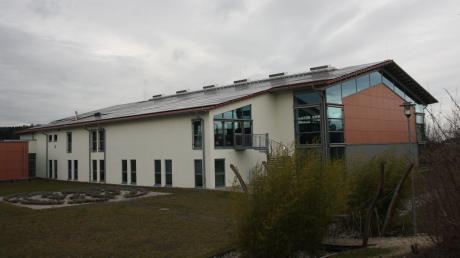 Seit Jahren dringt an einer Stelle über das Dach der Sporthalle in Neuburg Wasser in den Innenraum. Die Ursache wird gerichtlich geklärt.