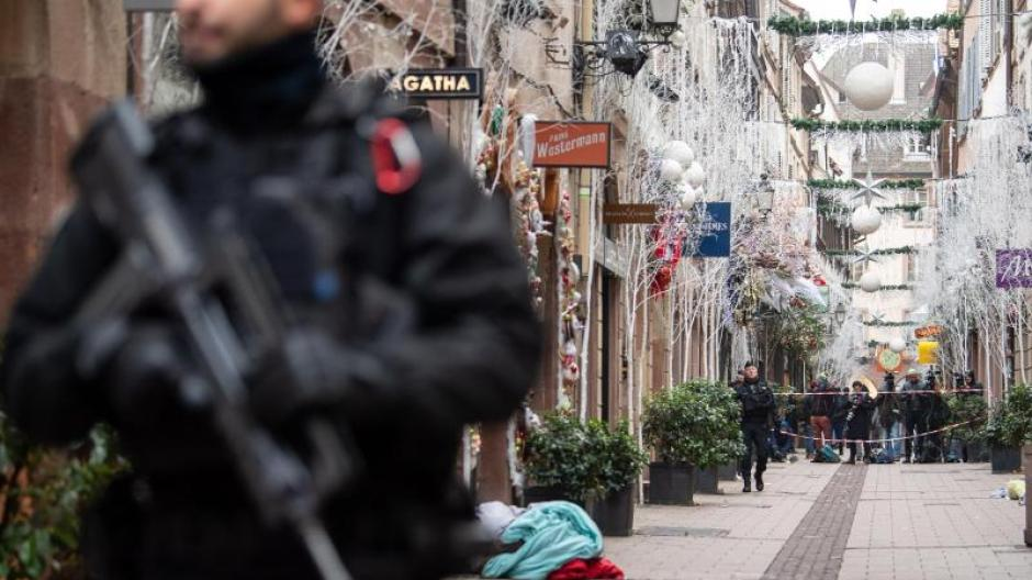 Ein Polizist steht nach dem Angriff in der weihnachtlich geschmückten Innenstadt vonStraßburg. Foto: Sebastian Gollnow