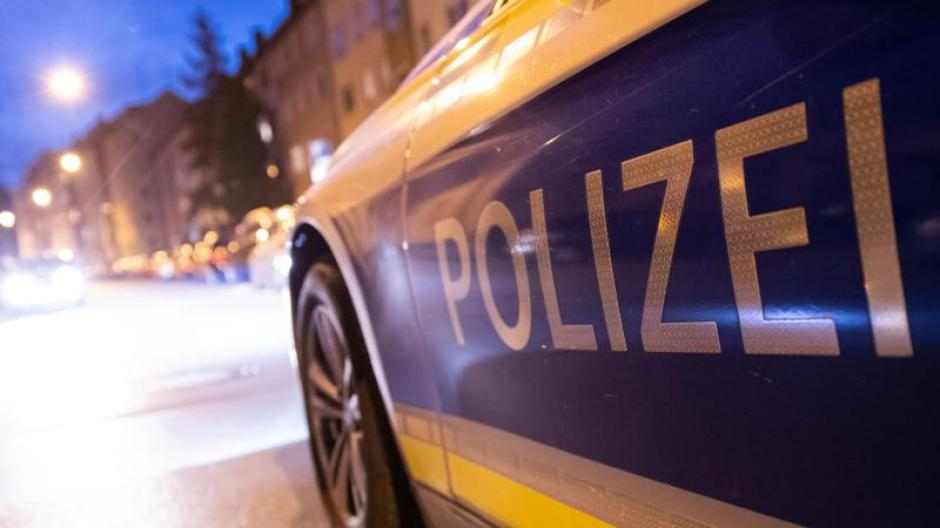 Ein Polizeiauto steht im Nürnberger Stadtteil St. Johannis. Foto: Daniel Karmann