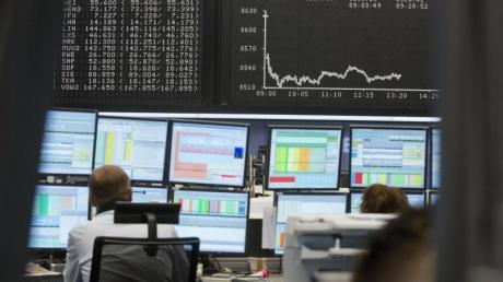 An der Börse schwanken die Kurse immer mal wieder - Anleger dürfen sich davon nicht verrückt machen lassen. Foto: Frank Rumpenhorst/dpa-tmn