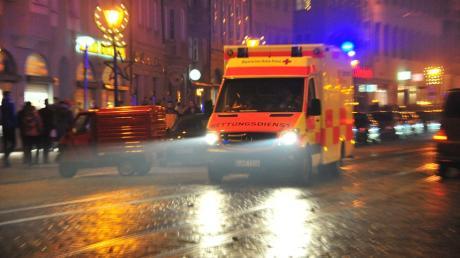 In Augsburg hatten Polizei, Feuerwehr und Rettungsdienste an Silvester viel zu tun. Schwerwiegende Vorfälle blieben aber aus.