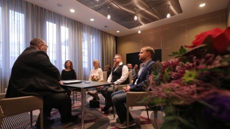 Hochzeit im Hotel: Kevin und Juliane Köhler wurden vom Standesbeamten Robert Brümmer getraut.