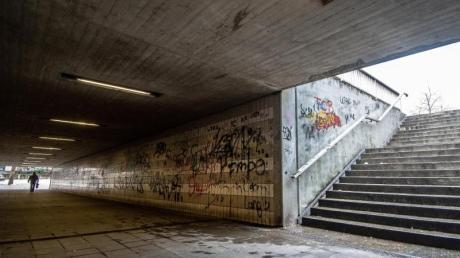 Eine Straßenunterführung nahe dem Bahnhof in der Innenstadt von Amberg. Nach den mutmaßlichen Prügelattacken von vier jungen Asylbewerbern in der oberpfälzischen Stadt läuft die Debatte über Konsequenzen. Foto: Armin Weigel