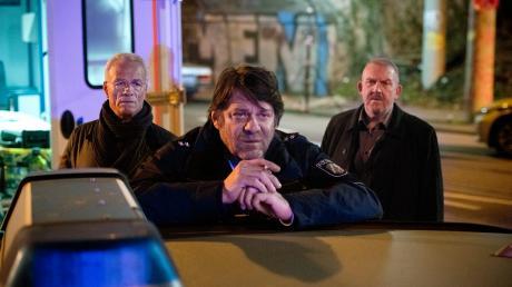 """Szene aus dem Tatort """"Weiter, immer weiter"""": Die Kommissare Max Ballauf (Klaus J. Behrendt) und Freddy Schenk (Dietmar Bär) befragen den Polizisten und Augenzeugen Frank Lorenz."""