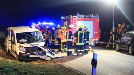 Beim Überholen eines Busses stießen zwei Autos nahe Graisbach zusammen.