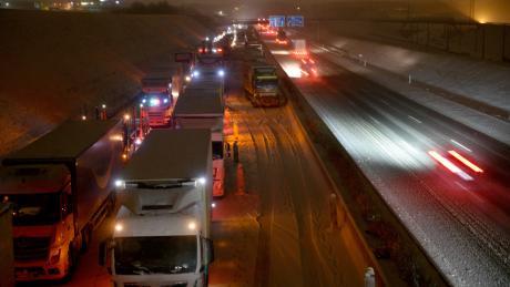 Auf der A8 bei Ulm staute sich der Verkehr auf einer Länge von 35 Kilometern. Eine Frau starb in ihrem Auto.