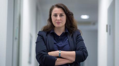 ARCHIV - 16.07.2018, Hessen, Frankfurt/Main: Seda Basay-Yildiz, Rechtsanwältin, steht in ihrem Büro.   zu dpa vom 14.01.2019: Erneut Drohfax mit Absender «NSU 2.0» aufgetaucht Foto: Boris Roessler/dpa +++ dpa-Bildfunk +++