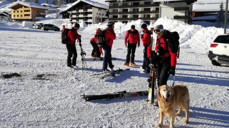 Hundeführer der Polizei bereiten sich auf die Suche nach dem vermissten 28-jährigen Skifahrer vor, der bei einer Lawinen verschüttet wurde.