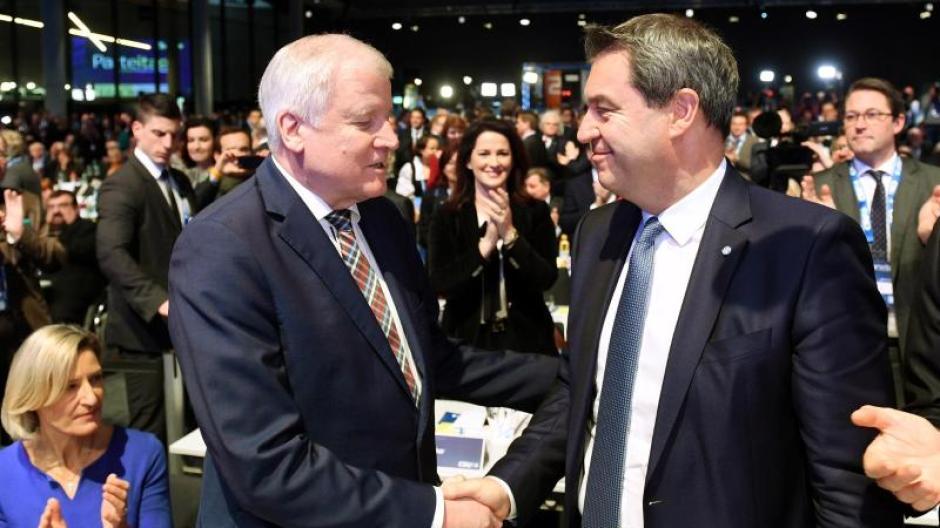 Stabwechsel: Der bisherige CSU-Vorsitzende Horst Seehofer gratuliert seinem Nachfolger Markus Söder. Foto: Tobias Hase