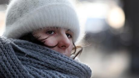 Wer bei Minustemperaturen aus dem Haus geht, sollte Mütze und Schal nicht vergessen.