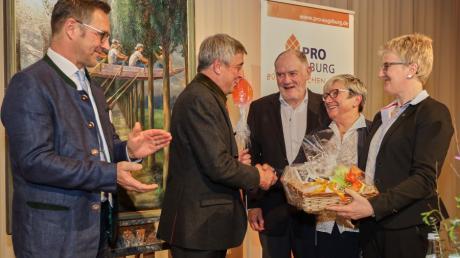 Sie bedankten sich bei Sebastian Priller (2.v.l.) für seinen unterhaltsamen Vortrag. Die Pro Augsburg-Stadträte (v.l.): Thomas Lis, Rudolf Holzapfel, Beate Schabert-Zeidler und Claudia Eberle.