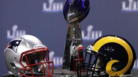Die Helme der New England Patriots (l) und Los Angeles Rams und die Vince Lombardi Trophy.