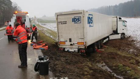 Ein Lkw ist auf der B25 zwischen Fremdingen und Marktoffingen von der Fahrbahn abgekommen