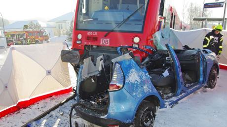 Am Bahnübergang bei Hirschfelden ist ein Zug mit einem Auto zusammengestoßen.