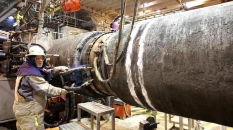 An Bord des Verlegeschiffes «Audacia» werden im Fließbandverfahren Rohre für die Gaspipeline Nord Stream 2 verschweißt und auf dem Grund der Ostsee verlegt.