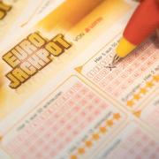 Eurojackpot-Lotterie-Schein. In Rheinland-Pfälz wurde ein Tippschein mit den richtigen Zahlen abgegeben. Die Eigentümer sind rund 63 MillionenEuro reicher. Foto: Fabian Sommer/Symbol