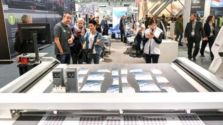 Auf der Sportartikelmesse Ispo präsentierte Zünd eine Textil-Schneidemaschine für Individualanfertigungen.