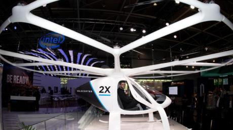 """Das """"Lufttaxi"""" Volocopter 2x ist eine Passagier-Drohne und bietet Platz für zwei Personen. Es wird elektrisch über 18 Rotoren betrieben. Foto:Julian Stratenschulte"""