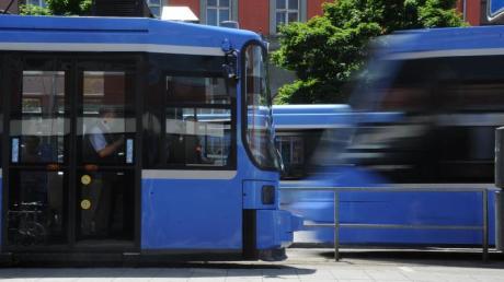 Trambahnen fahren am Hauptbahnhof München. Ein 79-Jähriger in München nach dem Zusammenstoß mit einer Straßenbahn gestorben.