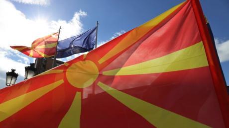 Fahnen von Mazedonien und der NATO wehen vor dem Regierungsgebäude. Mazedonien heißt ab sofort Nordmazedonien.