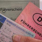 Wer mit einem alten Führerschein ins Ausland reist, sollte einen Textauszug der EU-Führerscheinrichtline dabei haben, die bestätigt, dass die Fahrerlaubnis gültig ist. Foto: Oliver Berg