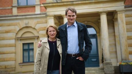 Dagmar Manzel, geboren 1958 in Ostberlin, und ihr Kollege Fabian Hinrichs bei einem Fototermin vor dem Bayreuther Festspielhaus. Am Sonntag ermitteln sie als Franken-Tatort-Team.