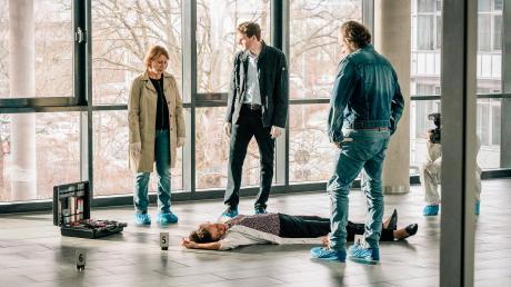 """Szene aus dem Franken-Tatort """"Ein Tag wie jeder andere"""": Paula Ringelhahn (Dagmar Manzel) und Felix Voss (Fabian Hinrichs)  betrachten die Leiche von Katrin Tscherna."""