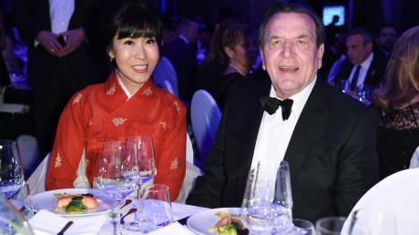 """Altkanzler Gerhard Schröder und seine Frau Soyeon Kim (hier bei der """"Cinema for Peace""""-Gala) sind 2019 beim Wiener Opernball Gäste in der Loge der österreichischen Wirtschaftsministerin."""