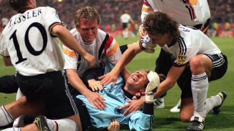 DFB-Keeper Andreas Köpke wird nach dem 6:5-Sieg im Elfmeterschießen im EM-Halbfinale 1996 gegen England in Wembley gefeiert.